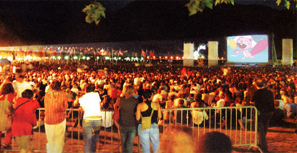 An outdoor screening at the Annecy festival.