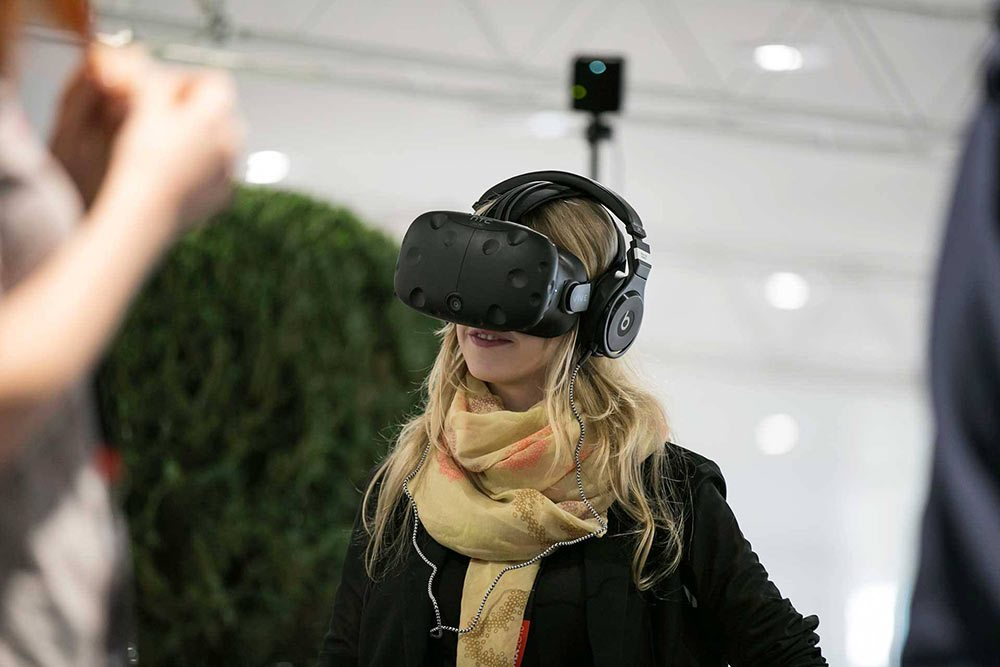 An FMX attendee tries out a VR headset.