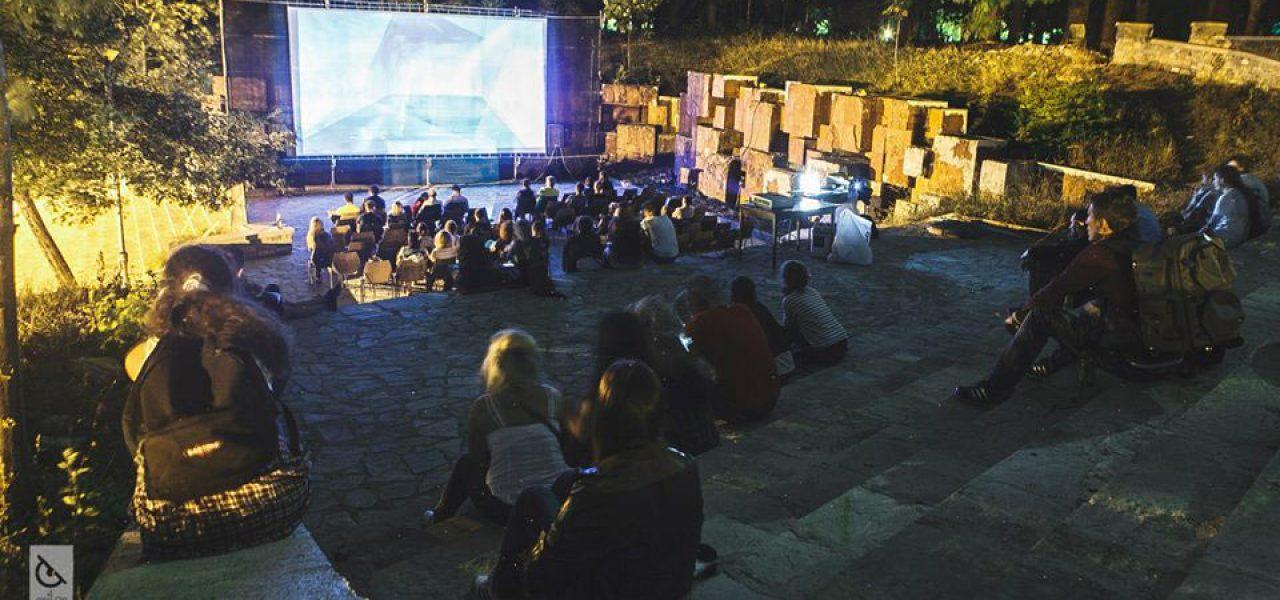 An outdoor screening at Anibar. Photo: Meddy Huduti.