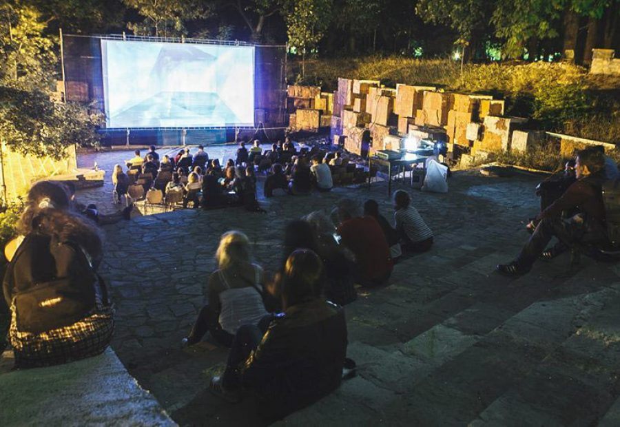 An outdoor screening at Anibar. Photo: Meddy Huduti.