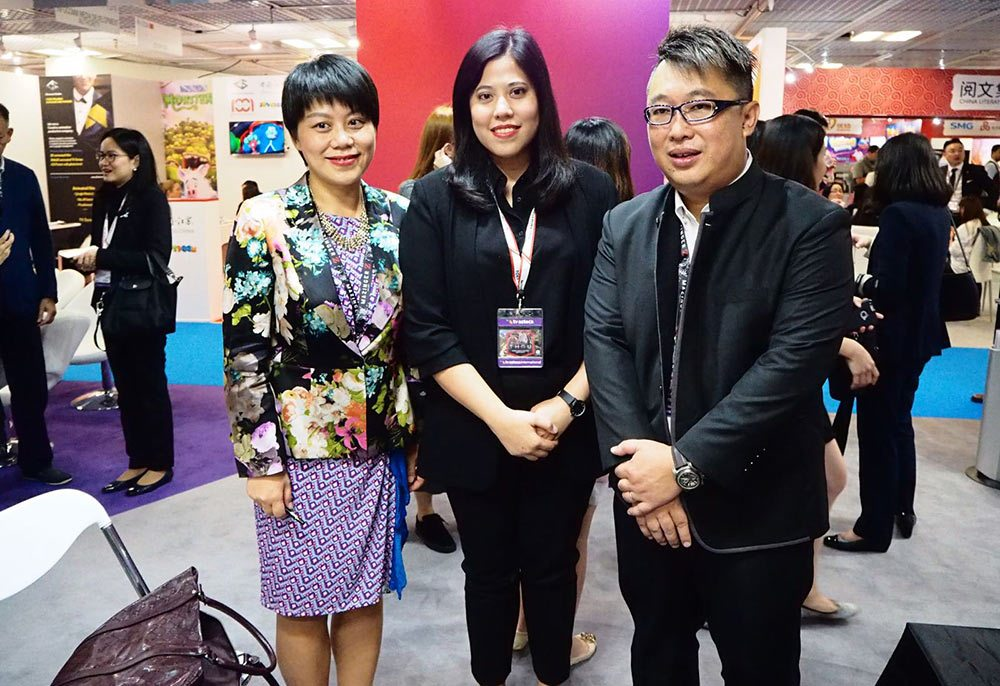 Left to right: Shelan He (vice-president of Oriental Pearl Group, president of Shanghai Wingsmedia), Pinyada Ratanasungk, (COO of Shellhut and Tiny Island Pictures), David Kwok (co-CEO of Shellhut and Tiny Island Pictures).
